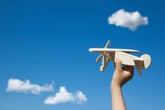 木飞机在儿童手上 库存图片