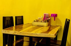 木餐桌在餐馆 图库摄影