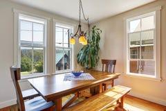 木餐桌特写镜头与两条椅子和长凳的 免版税库存照片