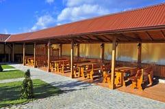 木餐馆的大阳台 免版税库存图片
