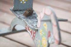 木马玩具和杉木锥体 免版税库存照片