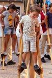 木高跷的年轻男孩有辅导员的 免版税图库摄影