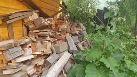 木柴、委员会和日志在浴附近 库存图片
