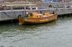 木头一条老小船在港口 免版税库存图片