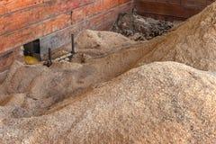 木钻传动机从锯木厂移动锯木屑 免版税库存图片