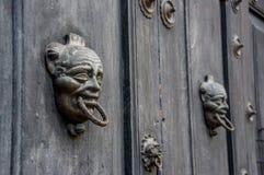 木巴洛克式的门在安提瓜岛危地马拉 库存图片