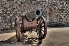 木头和古铜大炮在圣加百利堡垒在阿雷西费,兰萨罗特岛,加那利群岛 免版税库存照片