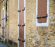 木头和在砖墙的铁Windows和门 图库摄影