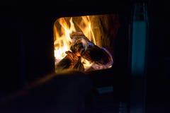 木头和煤炭在火在火炉 免版税库存图片