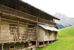 木头和石头农舍 免版税图库摄影