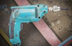 木头和钢的钻螺丝刀机器 免版税库存照片