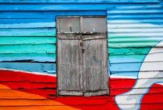 木头和锌墙壁五颜六色为背景 库存照片
