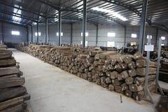 木头在工厂仓库里 免版税库存照片