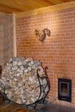木柴柴堆在蒸汽浴的炉子间花费 库存照片