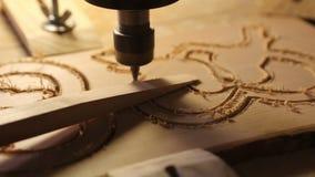 木头有钻子的裁减机器删去木模子 股票录像