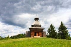 木结构防御中世纪老俄国结构的城楼 库存照片