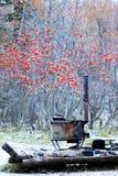 木头燃烧的火炉和俄国冬天 库存照片