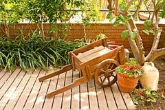 木购物车的庭院 免版税库存照片
