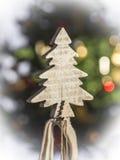 从木头的一棵小圣诞树 免版税图库摄影