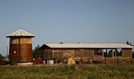 木头的农厂intalation与大桶的 库存图片