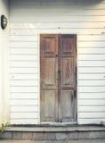 木头的前门 库存图片
