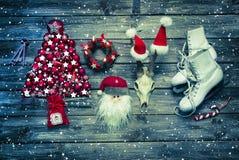 木头的圣诞节乡村模式的装饰在白色和红色colo的 免版税库存照片