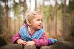 木头的愉快的女孩 免版税图库摄影