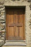 木头的毂仓大门 免版税库存照片