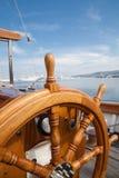 从木头的老小船方向盘 免版税库存图片