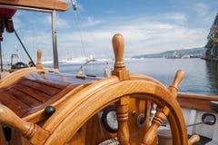 从木头的老小船方向盘 图库摄影
