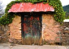 木头的老红色和黑门 库存照片