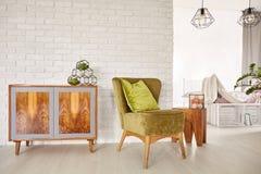 木洗脸台和扶手椅子 库存图片