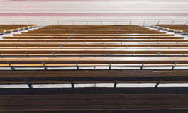 木黄色体育场位子行  免版税库存图片