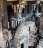 木头被做的一台老风车的齿轮 库存照片
