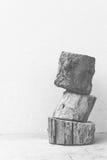 木头被堆积的垂直黑白 免版税库存图片