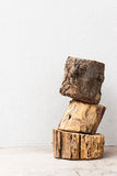 木头被堆积的垂直 免版税库存图片
