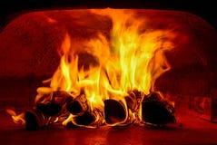 木头被射击的烤箱与开火 免版税库存图片