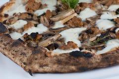 木头被射击的香肠和蘑菇薄饼 免版税图库摄影