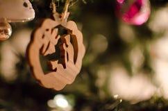 木头被雕刻的圣诞树装饰品 库存照片