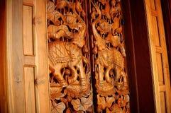 木头被雕刻的门 免版税库存照片