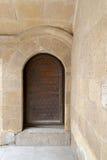 木年迈的有圆顶华丽门和石墙 库存图片