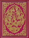 木头雕刻了在寺庙的墙壁上的龙,泰国 免版税库存照片