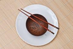 木3双碗的筷子 免版税库存照片
