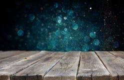 木baord和深蓝bokeh光在背景中 免版税库存照片