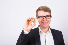 木Bitcoin在滑稽的人手,新的真正货币的数字式标志上 免版税库存照片