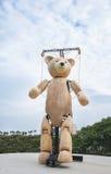 木machenical巨大的玩具熊 免版税库存照片