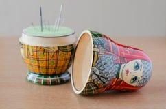 木matryoshka玩偶针垫 缝纫针 库存照片