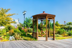 木summerhouse在海滨公园 免版税库存图片