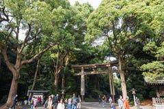 木Torii是传统日本门在美济礁神道圣地入口在涩谷日本 库存照片