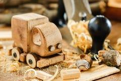 木toy truck在木匠业工作凳的van car 爱好diy工艺,做 库存照片